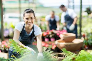 Gärtnerin am Gartentisch